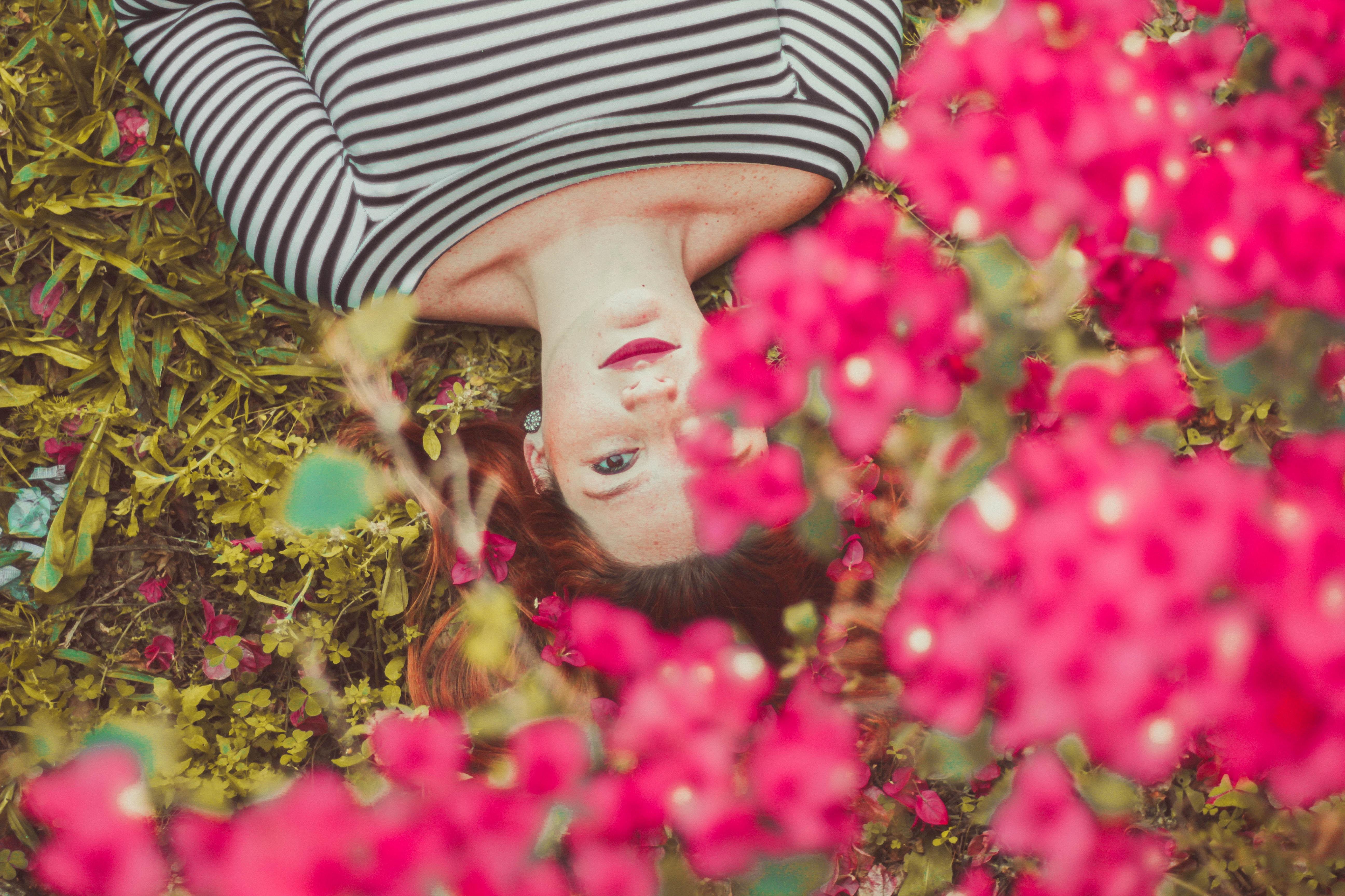 fille avec fleurs