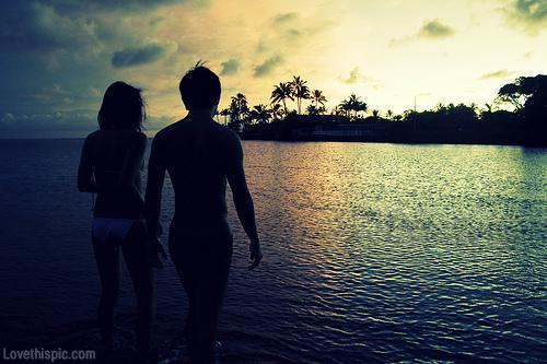 21119-Romantic-Beach-Couple