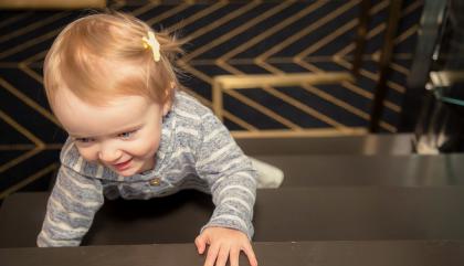 Look fillette – Un bébé ça grimpe partout!