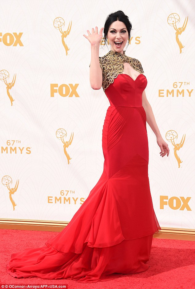Laura Prepon, tapis rouge, flop, emmys 2015, robe rouge