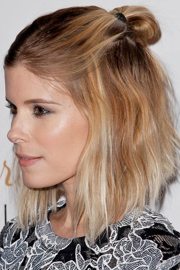 Sienna Miller, cheveux court, blond, half bun, coiffure, updo, tendance, mode