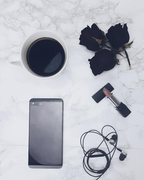 cellulaire rose flatlay