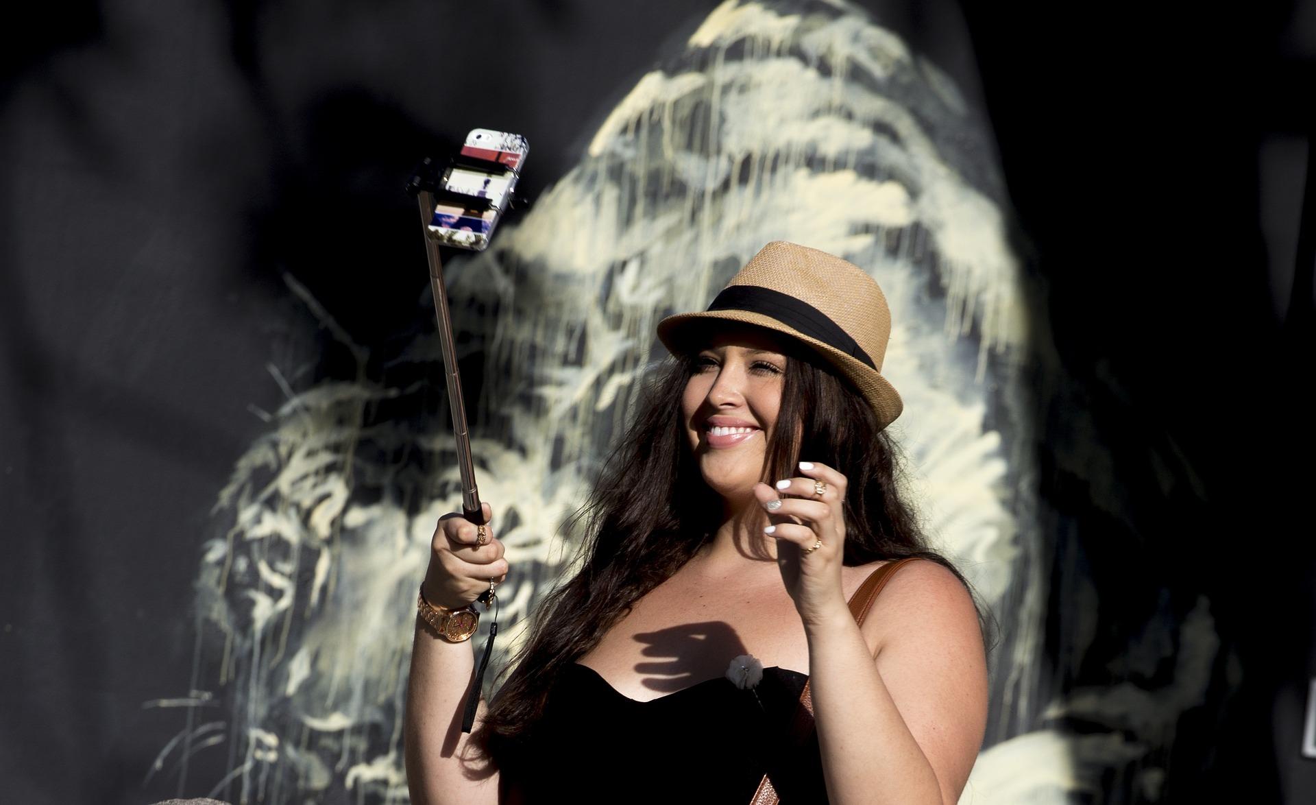 selfie stick, accessoire de voyage, article de voyage, voyage sac à dos