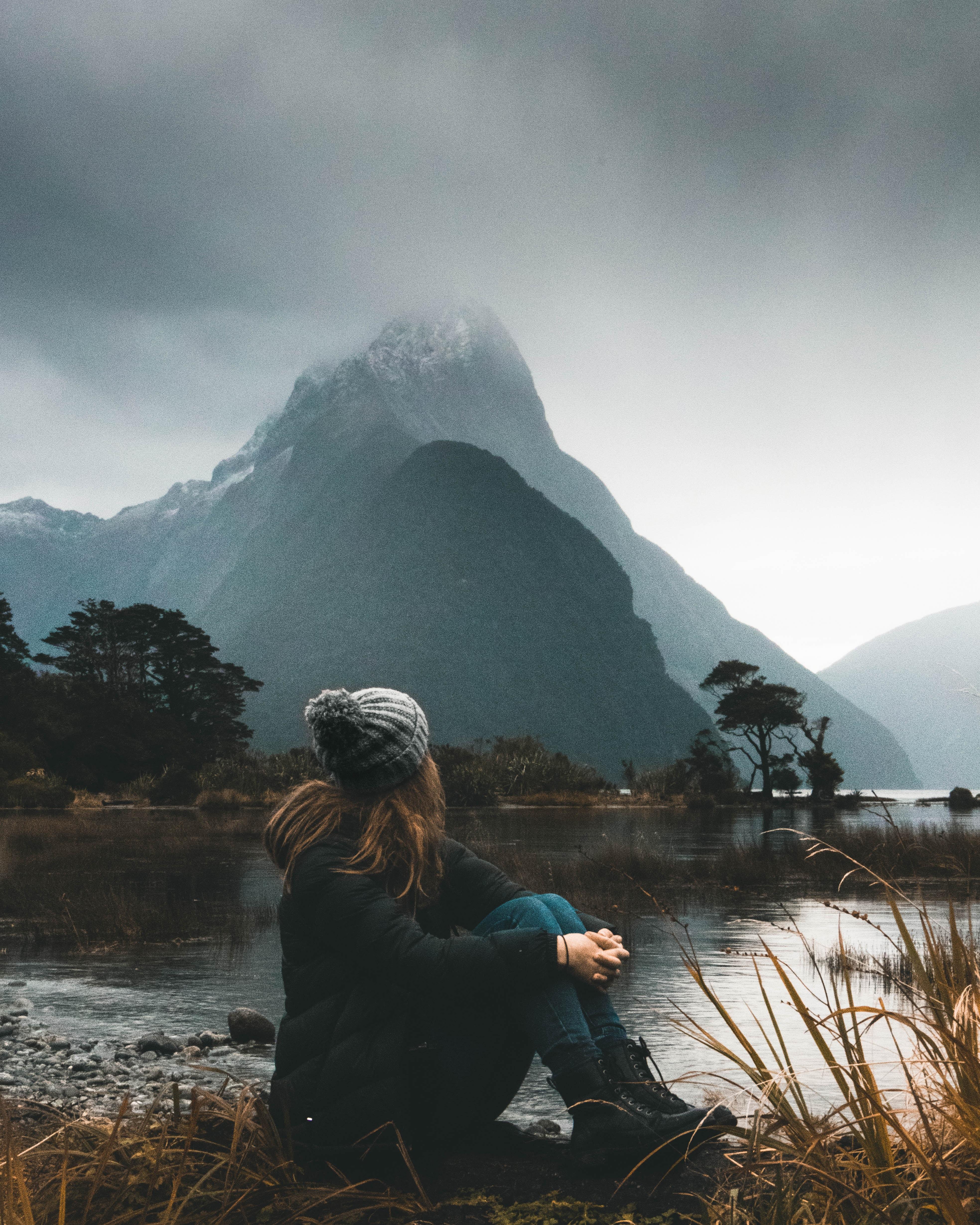 voyager montagne lac femme de dos assise