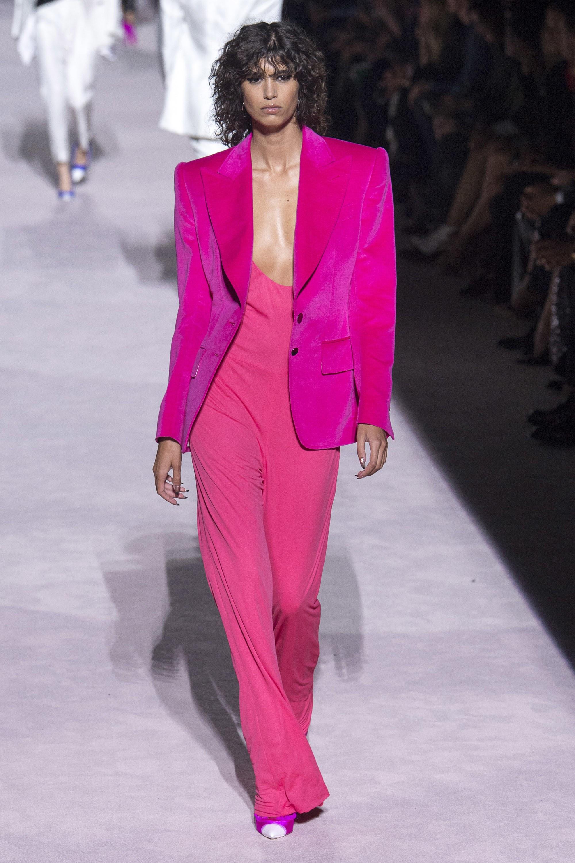 le rose éclatant mode vêtement fashion show printemps
