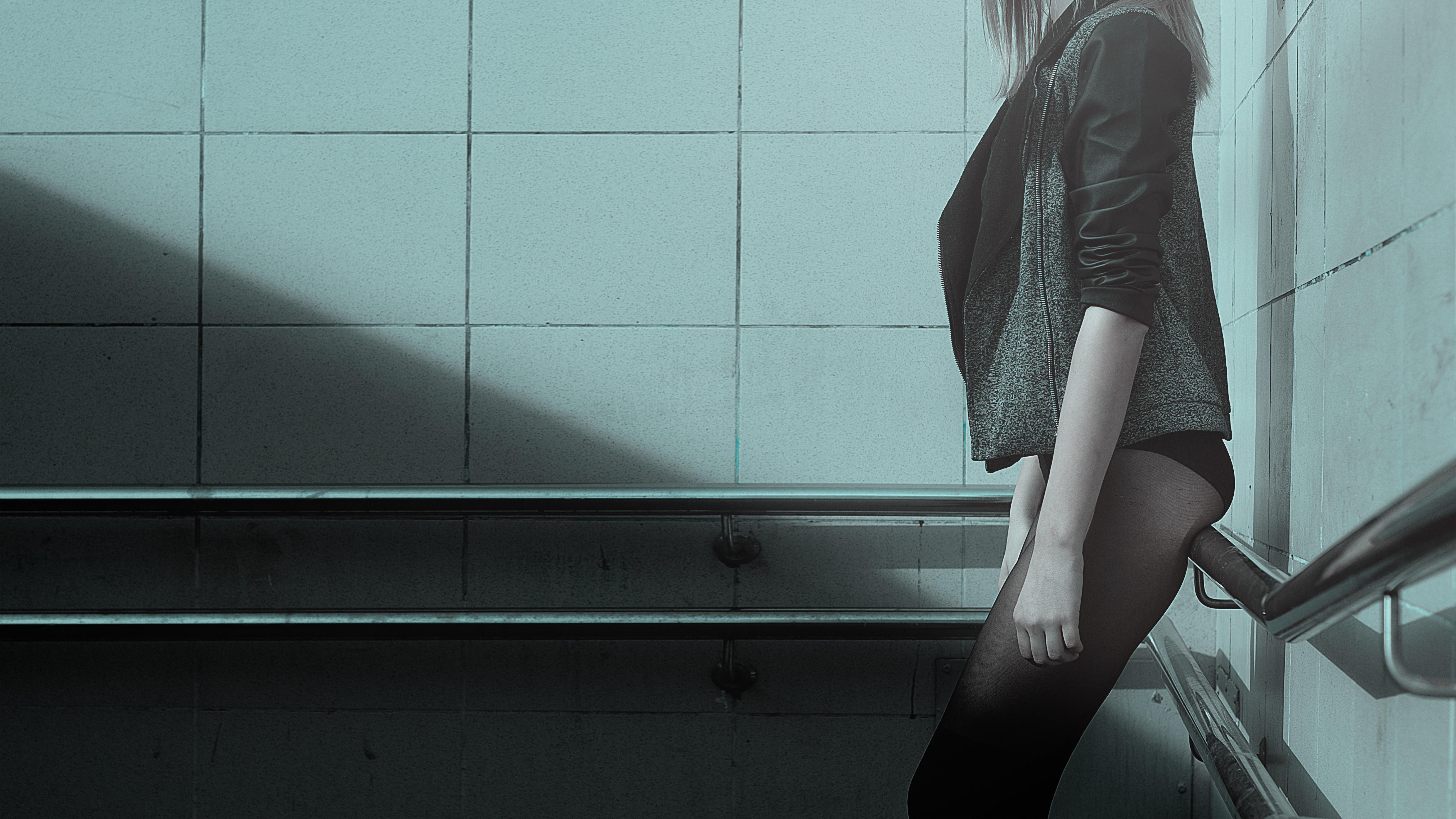 femme, corps tronqué, en collant, veste, cage d'escalier