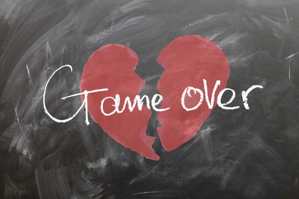 Coeur brisé, game over, sur tableau blanc, montage