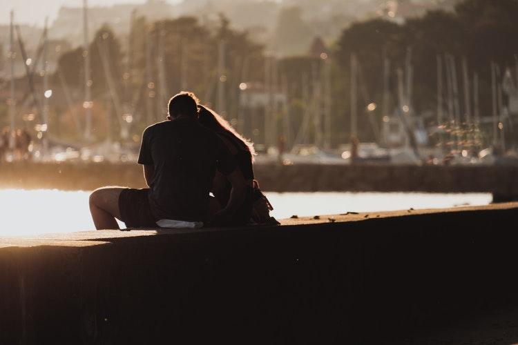 couple sur le bord du Quai