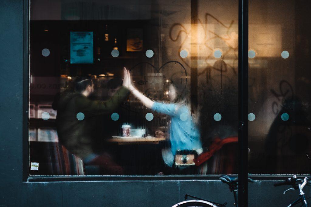 Couple heureux au travers de la vitre