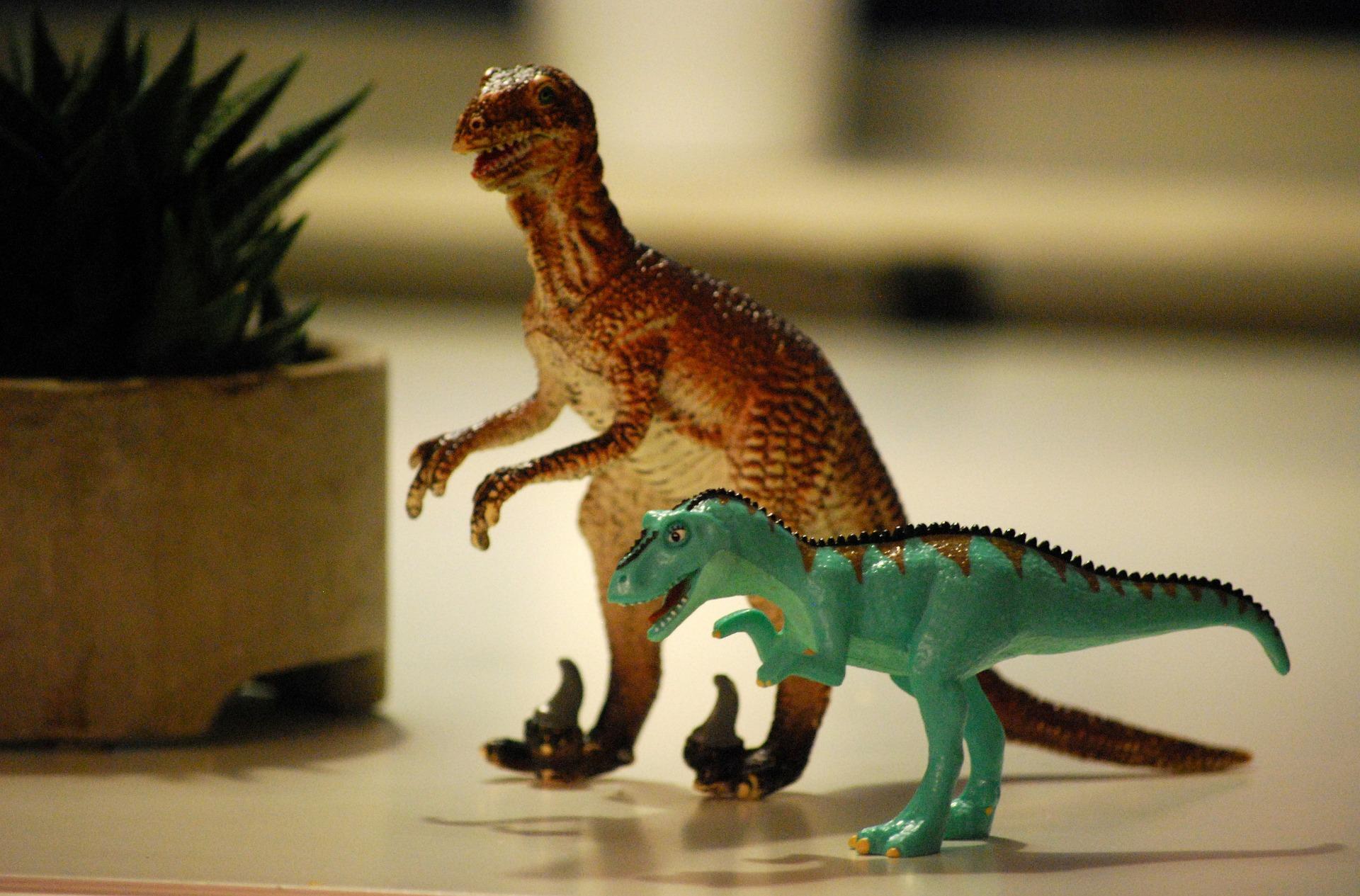 deux jouets de dinosaure en plastique