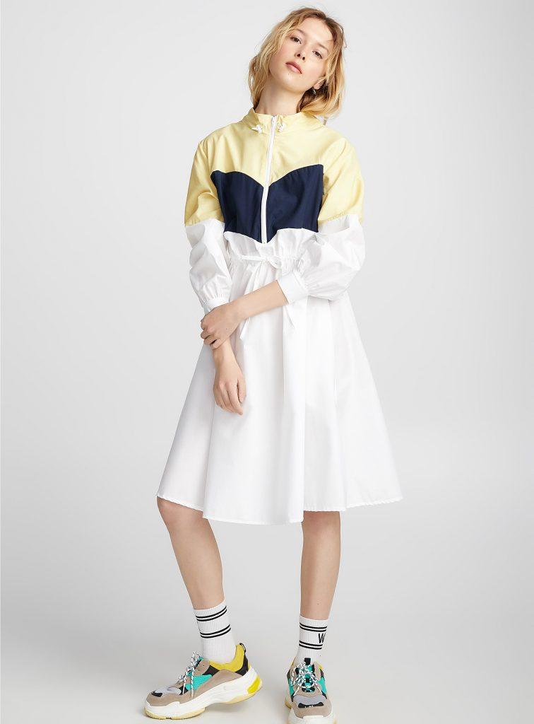 imperméable jaune et jupe blanche