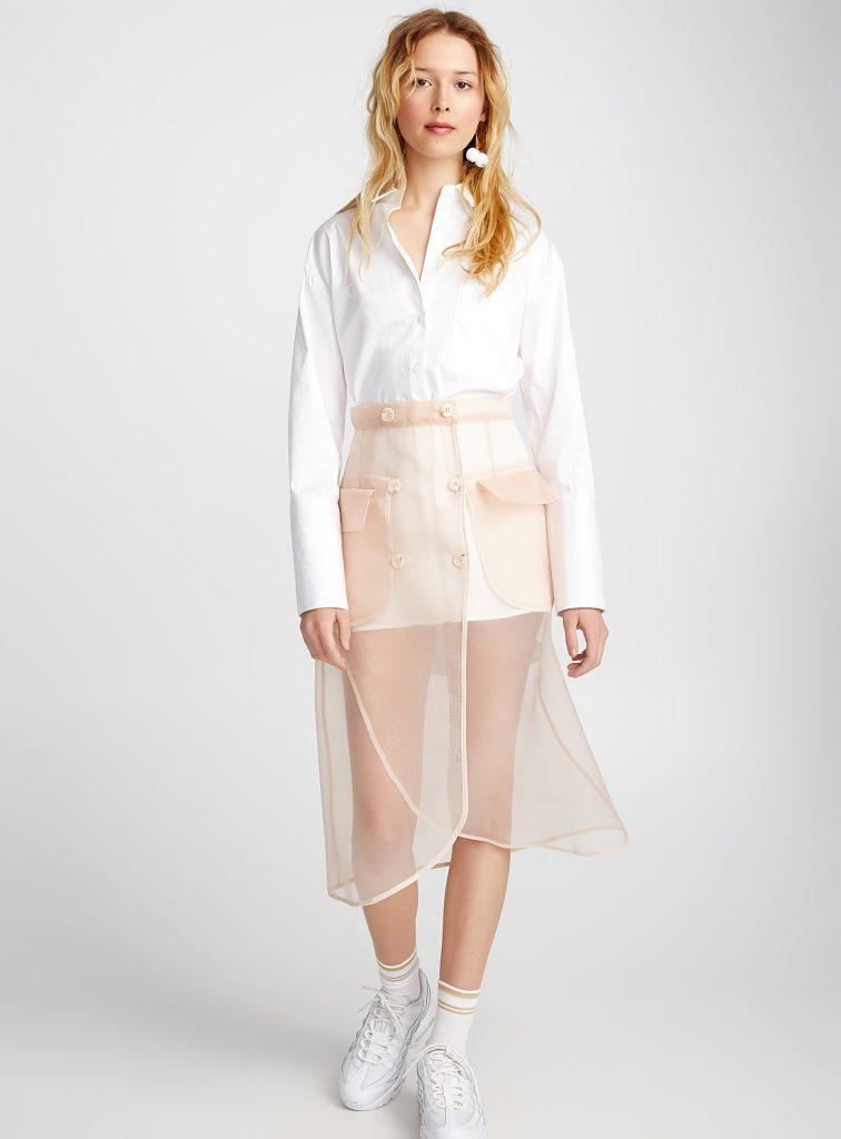 blouse blanche longue et jupe transparente