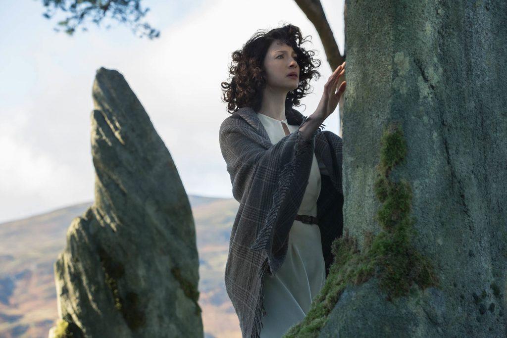 outlander claire devant la pierre