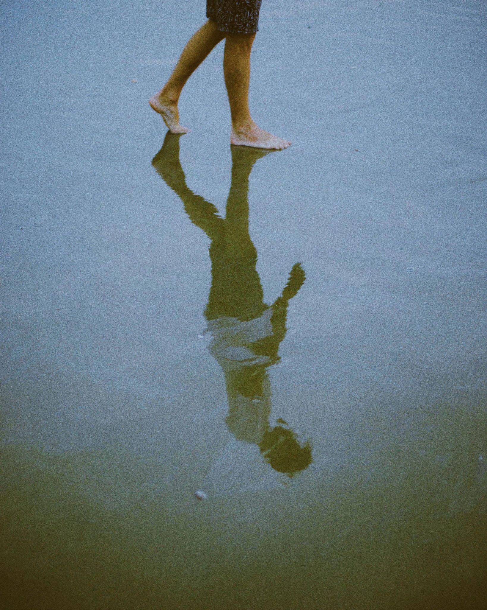 Pieds reflet marche