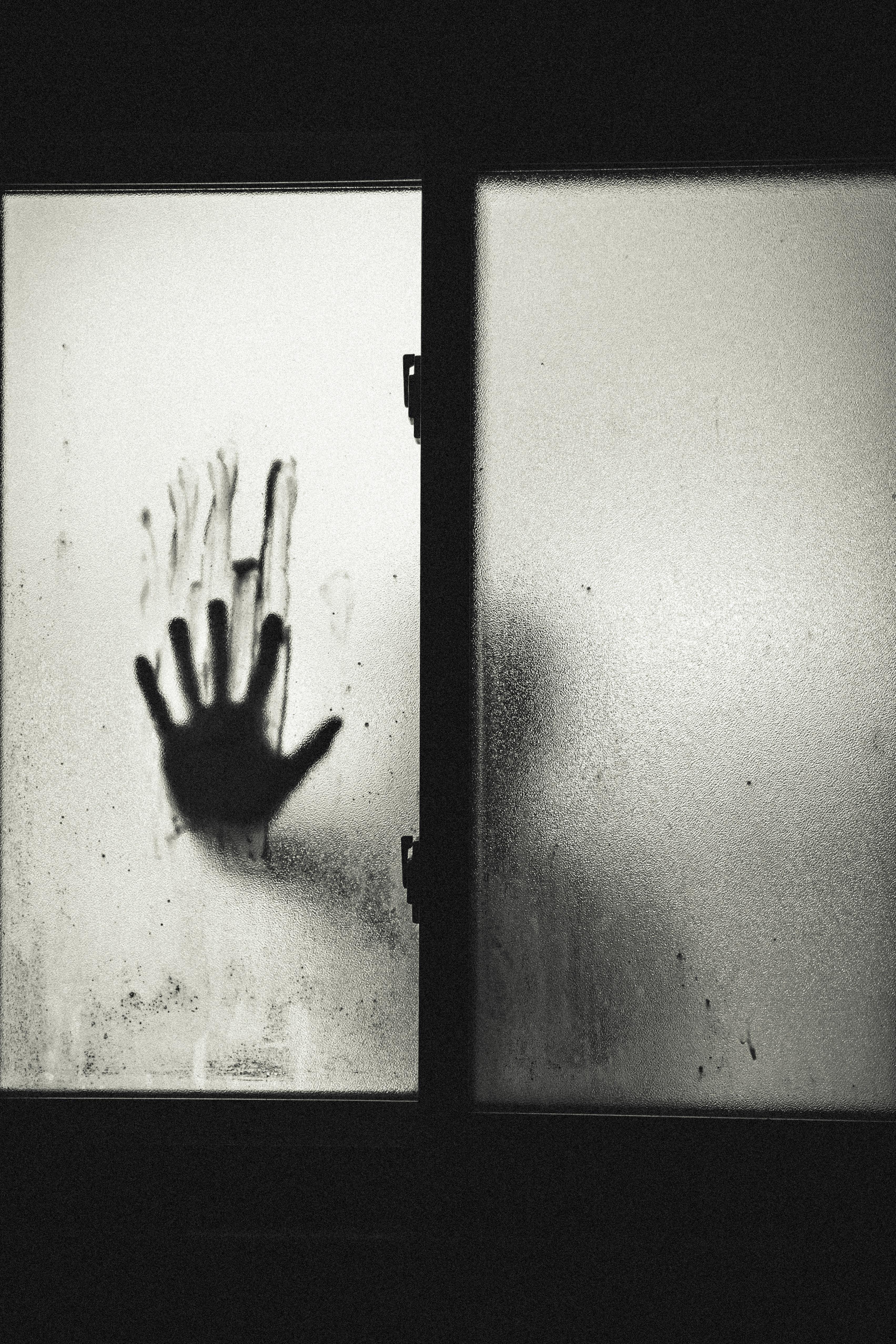 main creepy dans une vitre