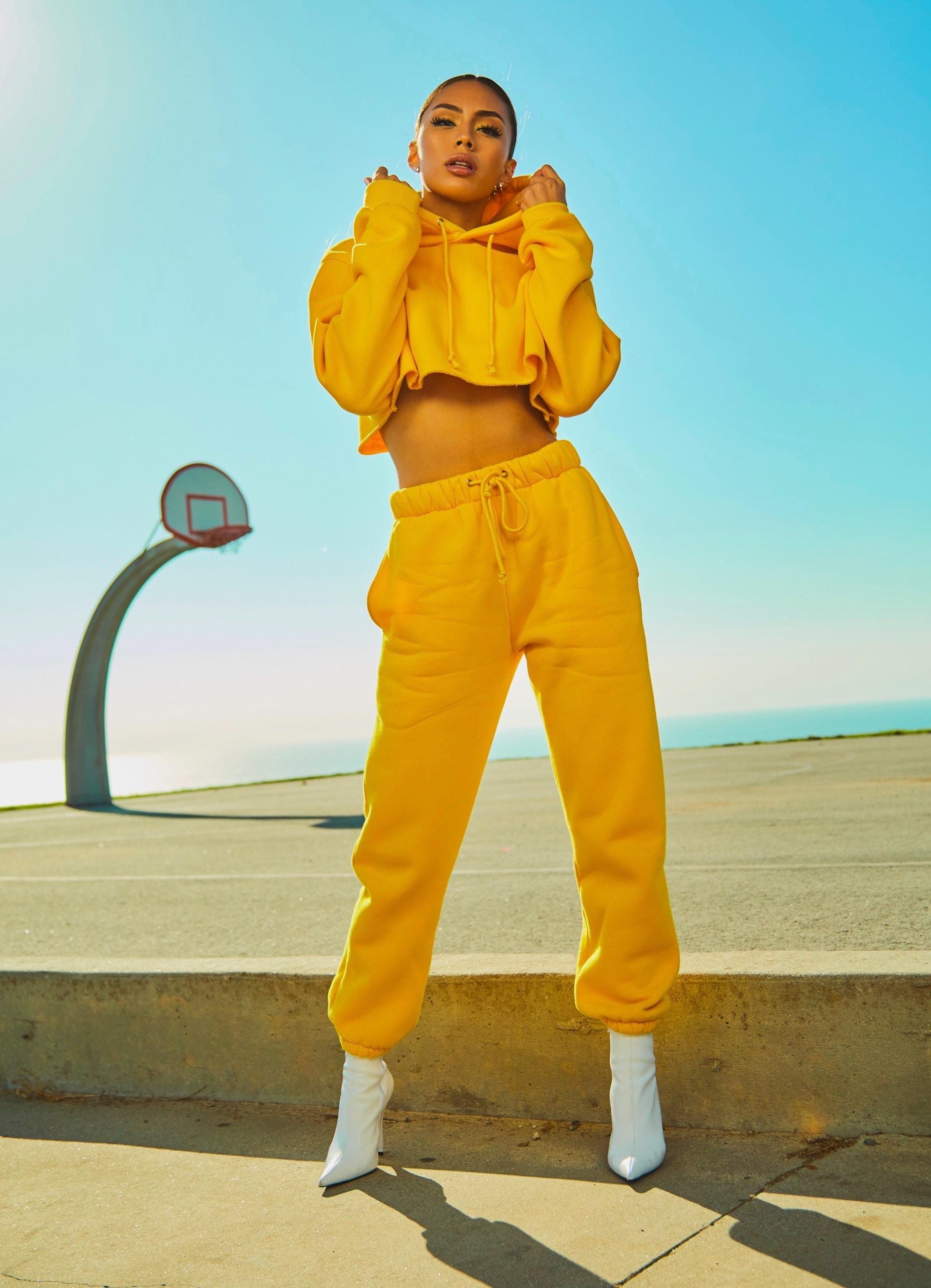 fille suit jaune