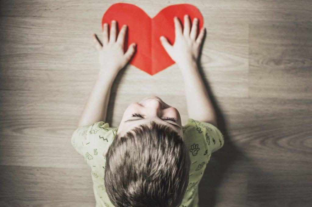 Enfant avec coeur