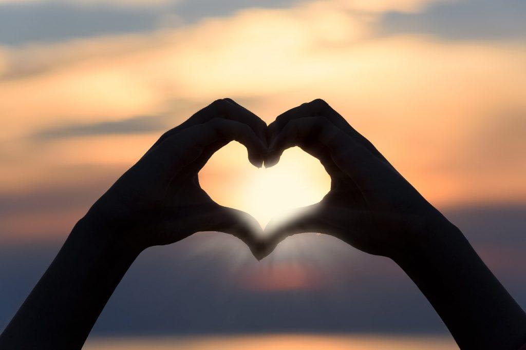 coeur main soleil