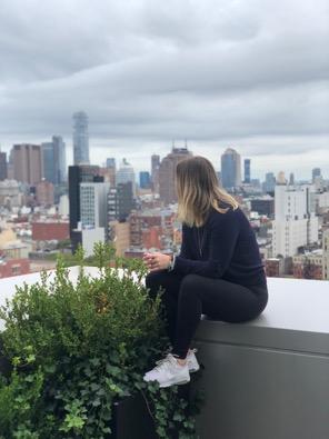 new york femme dos ville assise