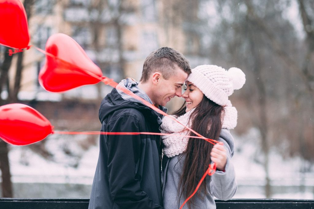amoureux, couple, ballons rouges