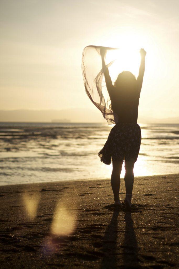 femme couché de soleil plage
