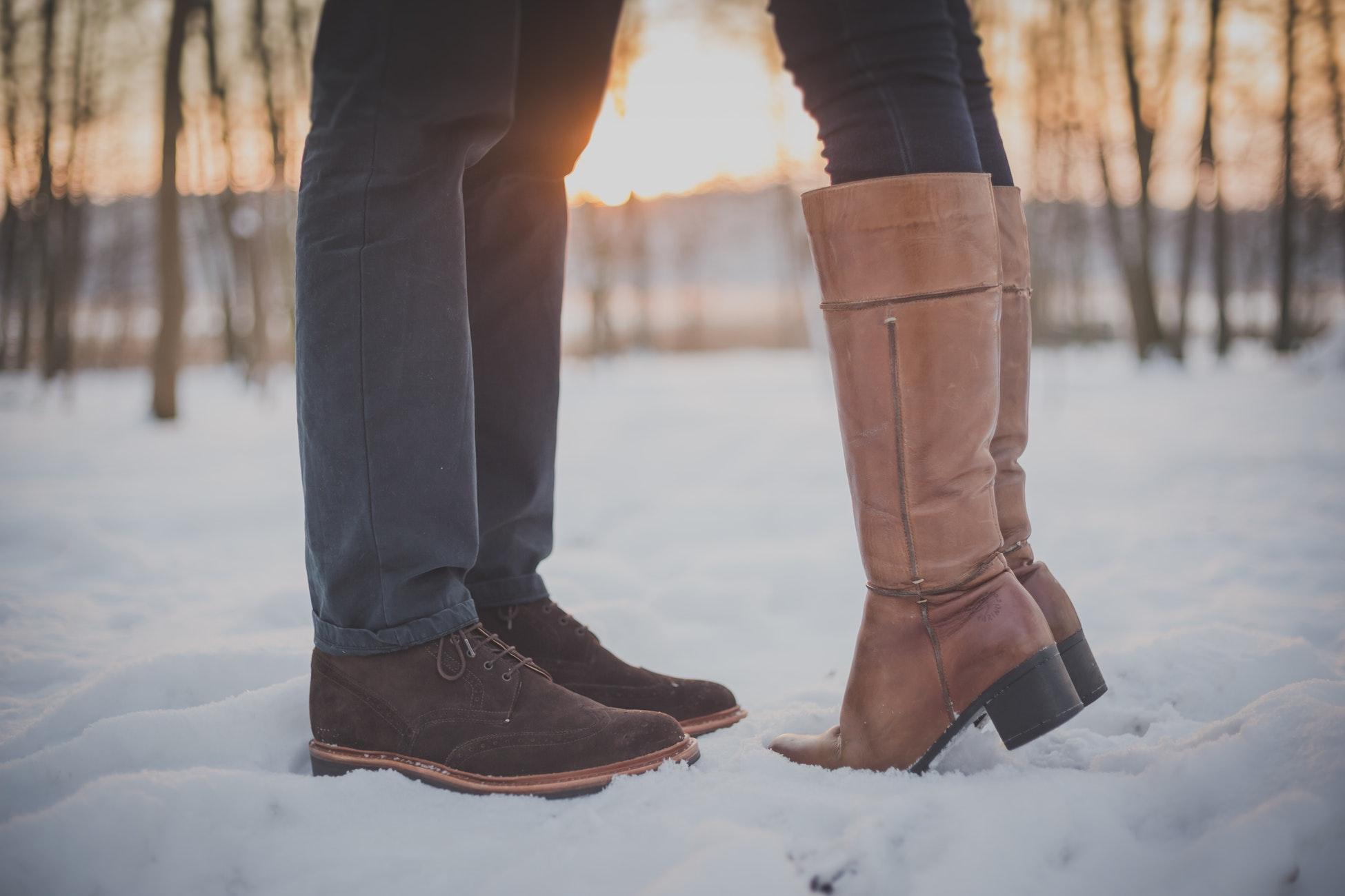 couple pieds dans la neige