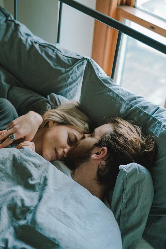 couple lit matin
