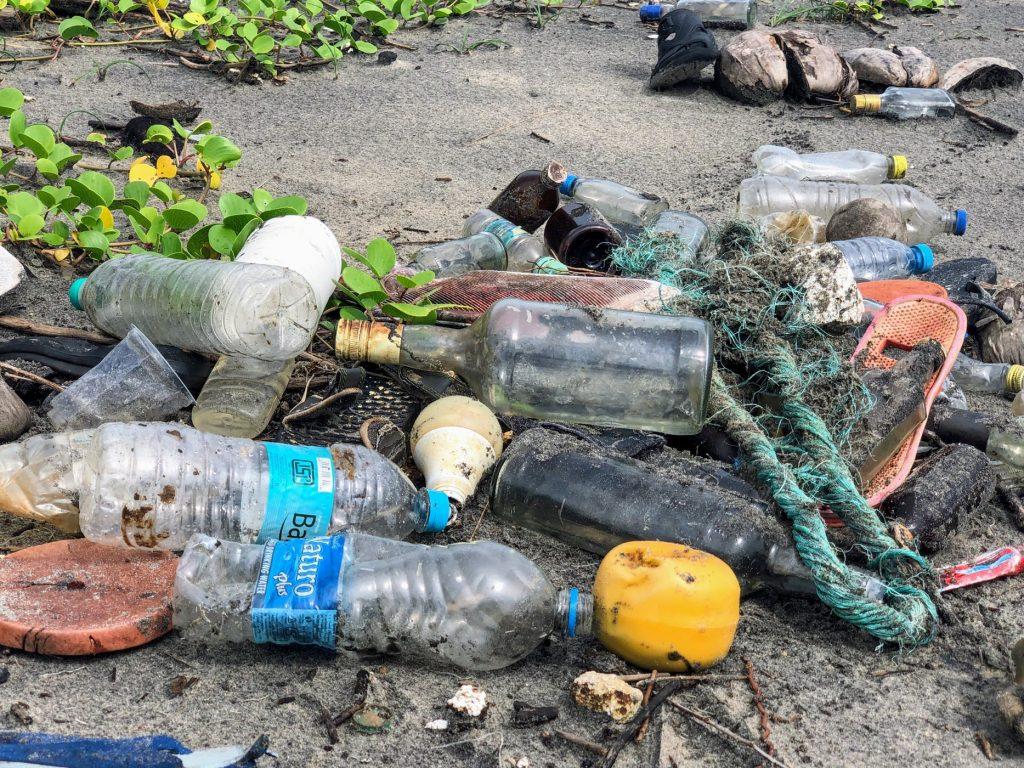 pollution plastique bouteilles