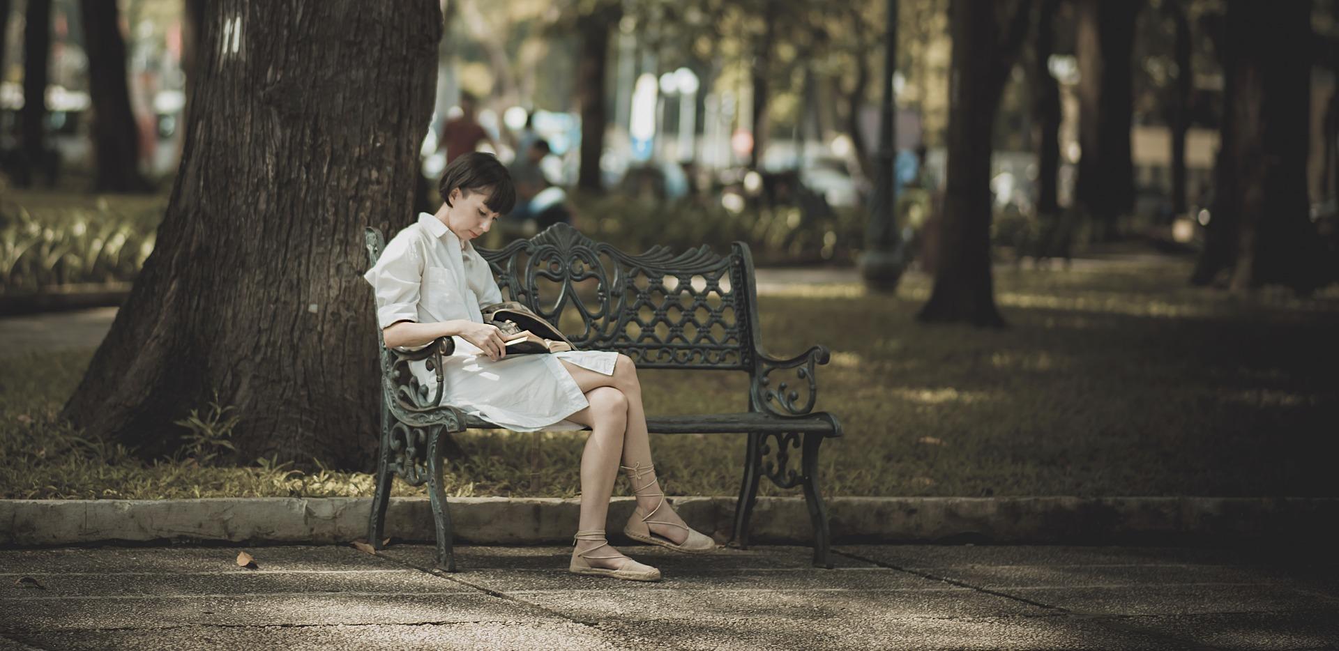 fille lecture banc de parc