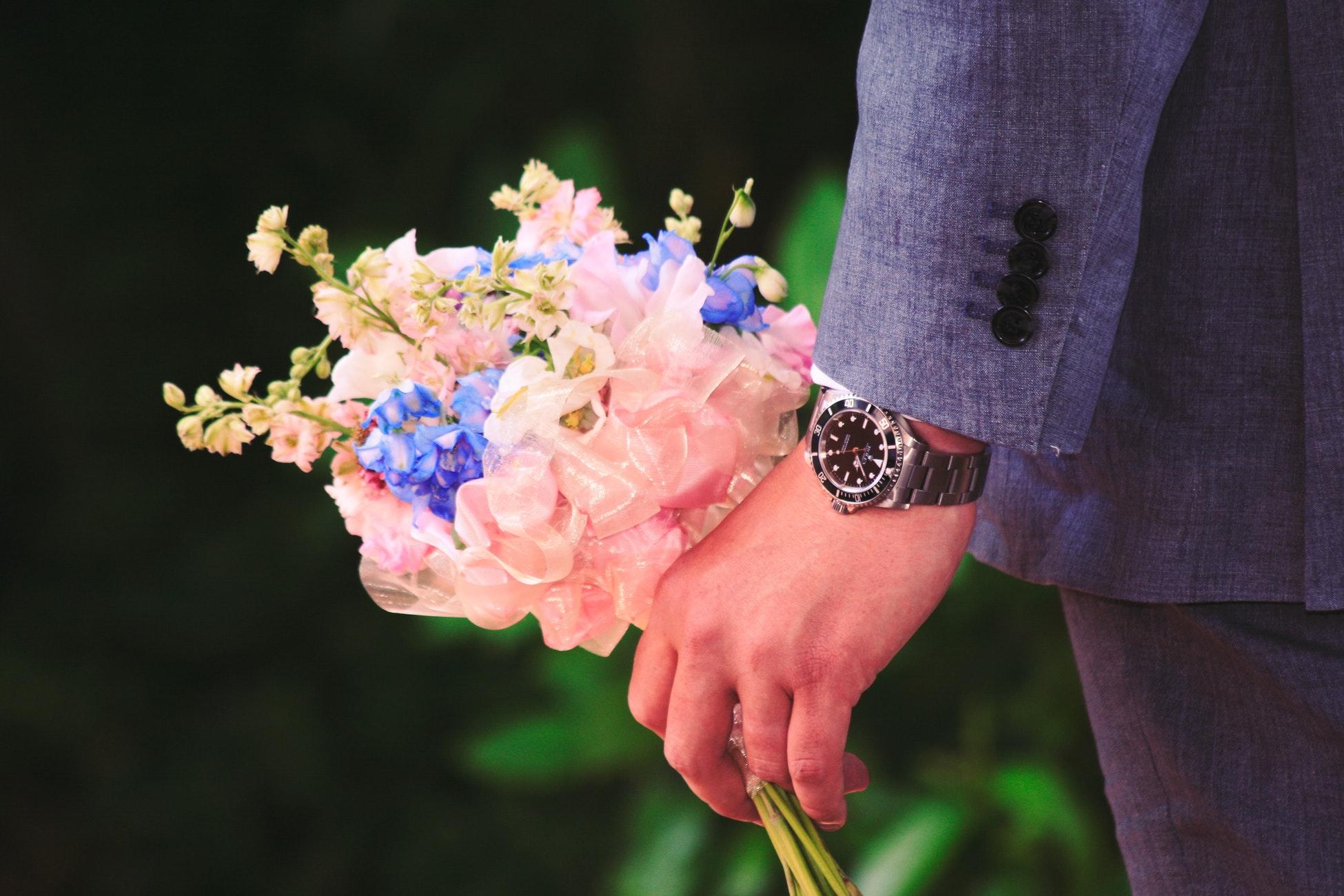 garçon montre fleurs