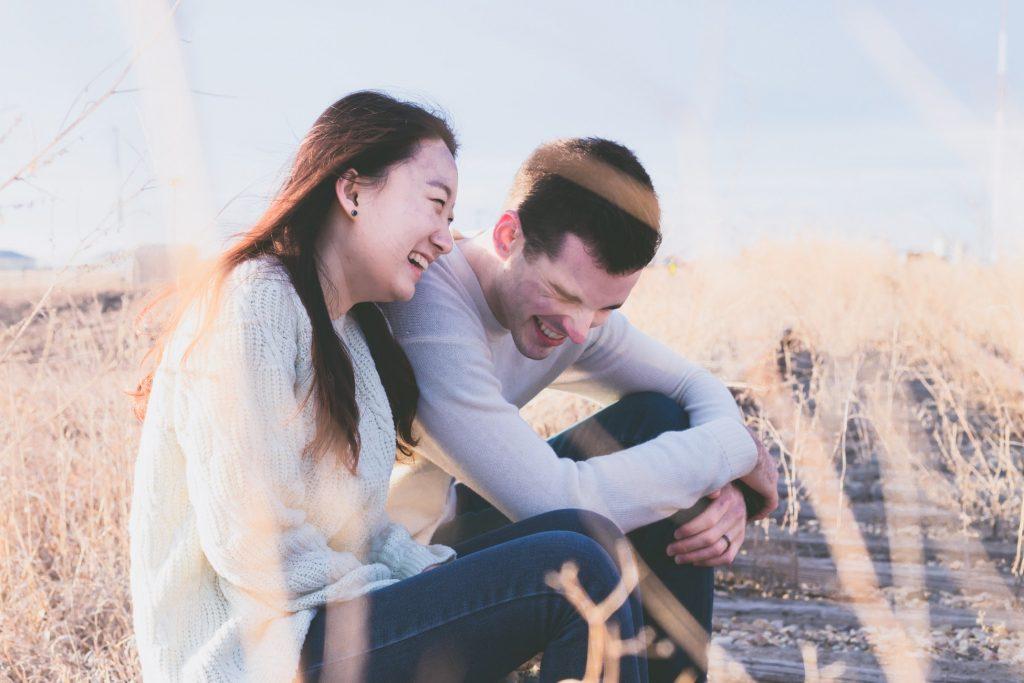 deux personnes champs rire