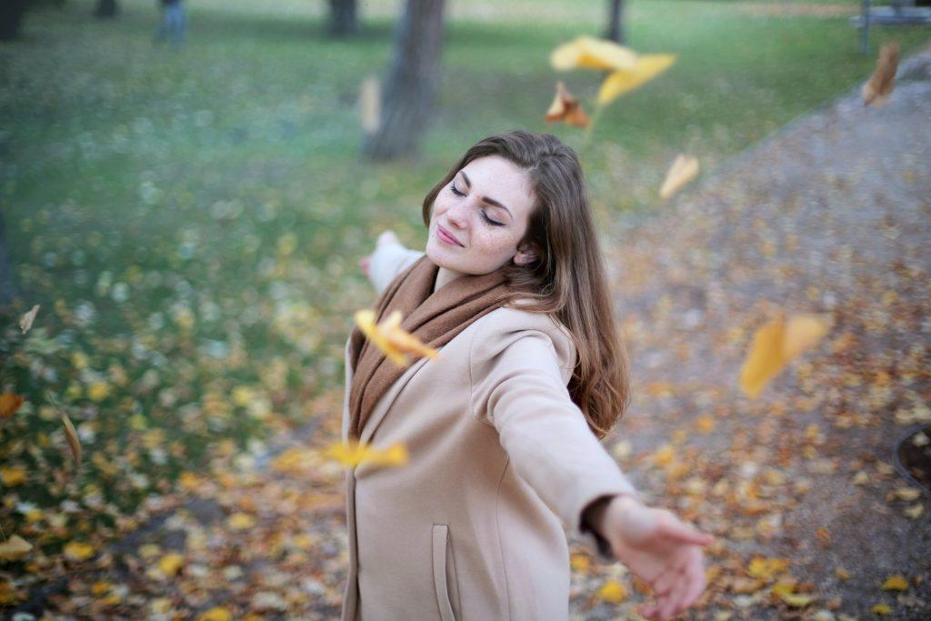 fille feuilles heureuse