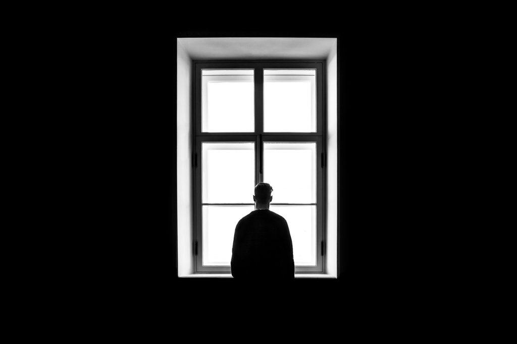 photo fenêtre garçon