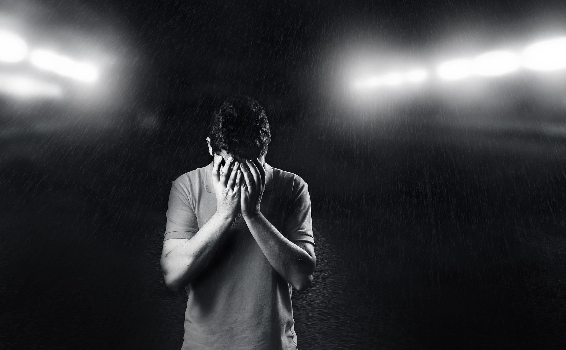 homme pleure noir et blanc triste