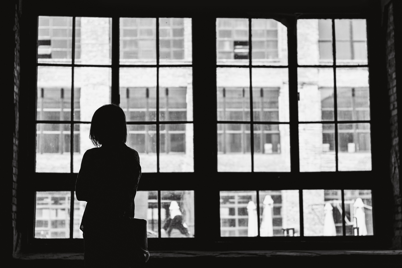 fenêtres femme regarde au loin
