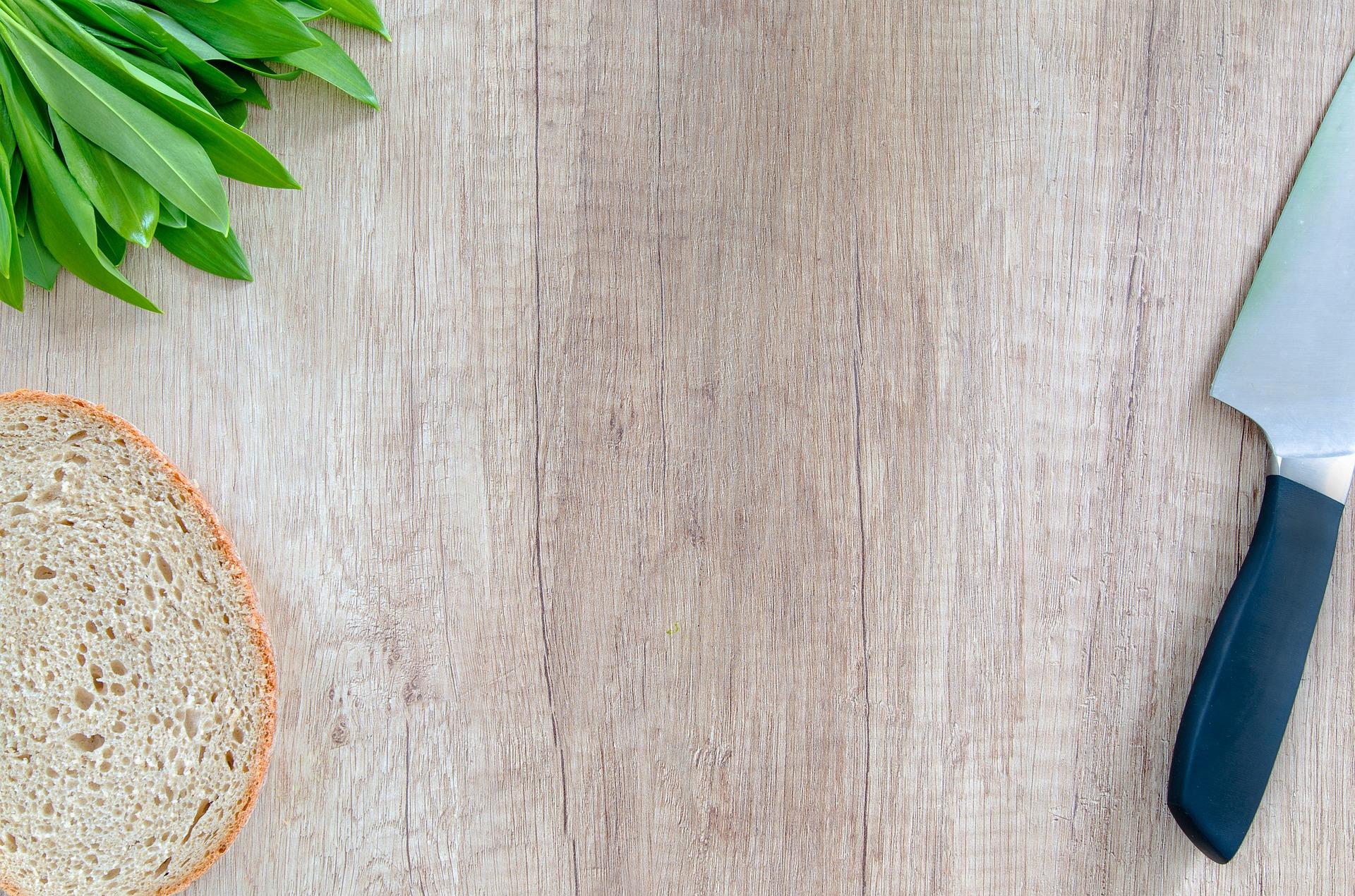 planche à découper cuisine couteau pain herbes