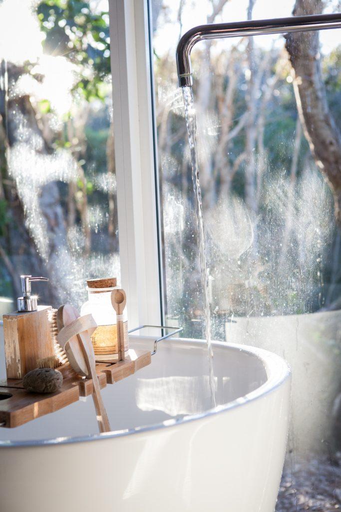 bain, eau qui coule, fenêtre