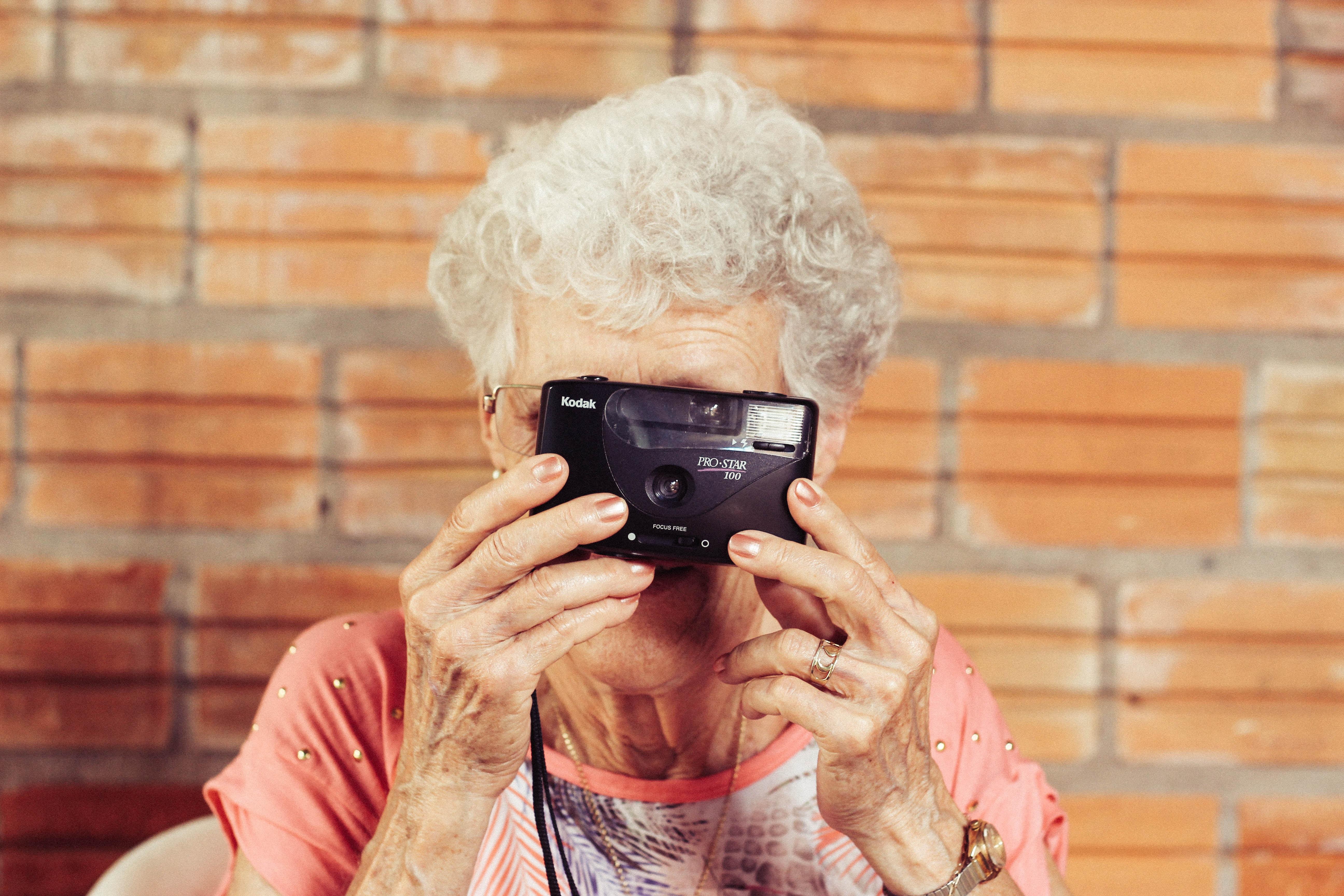 femme âgée caméra