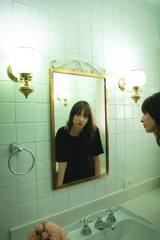fille dans la salle de bain