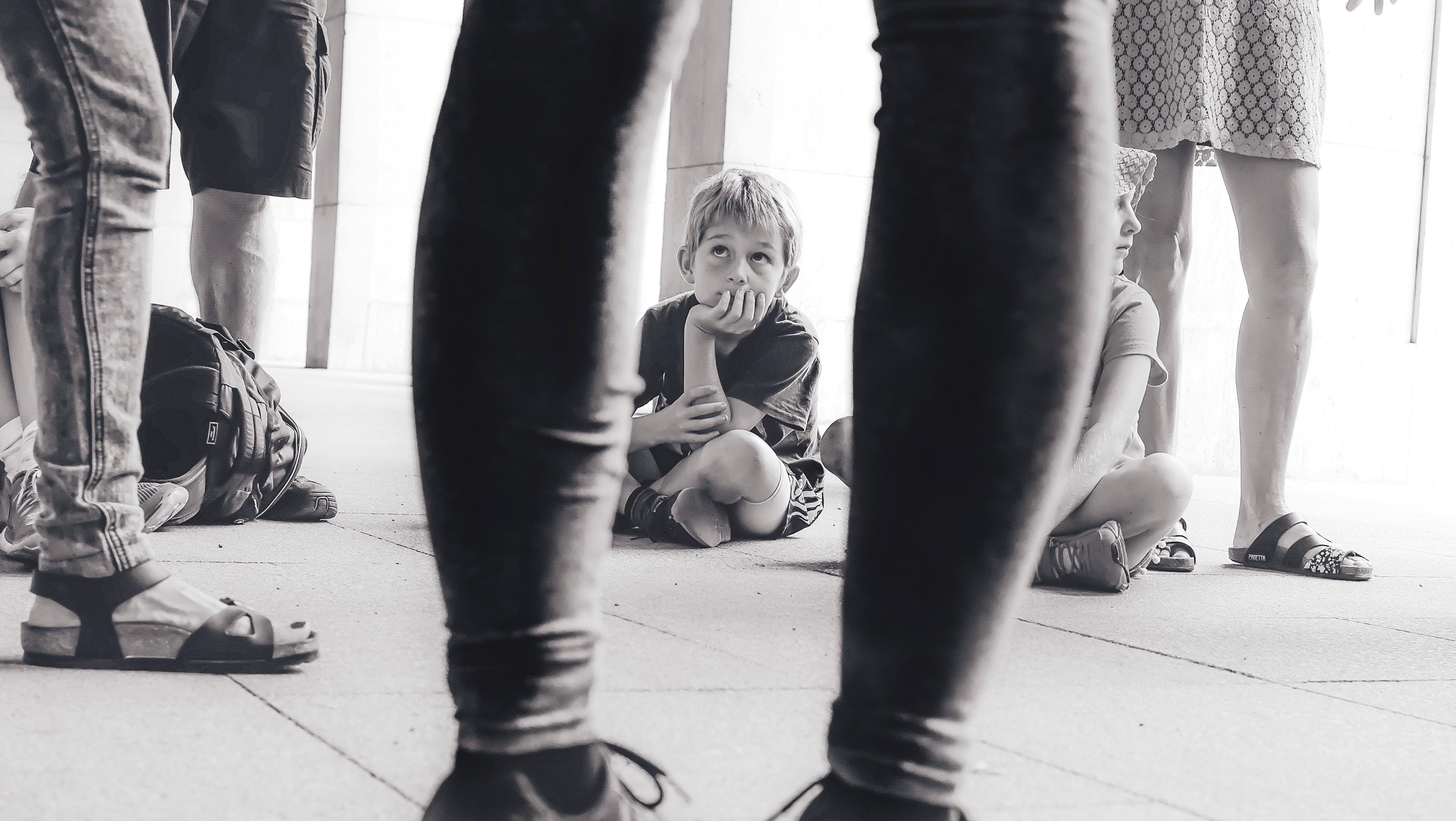 enfant triste regarde gens