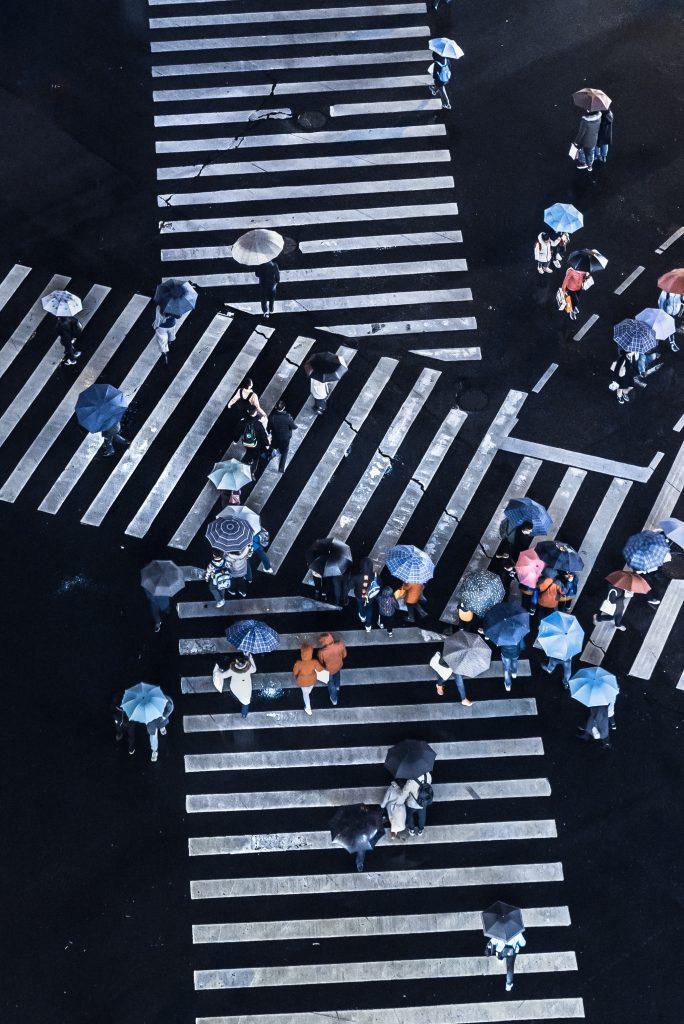 gens dans la rue avec parapluie