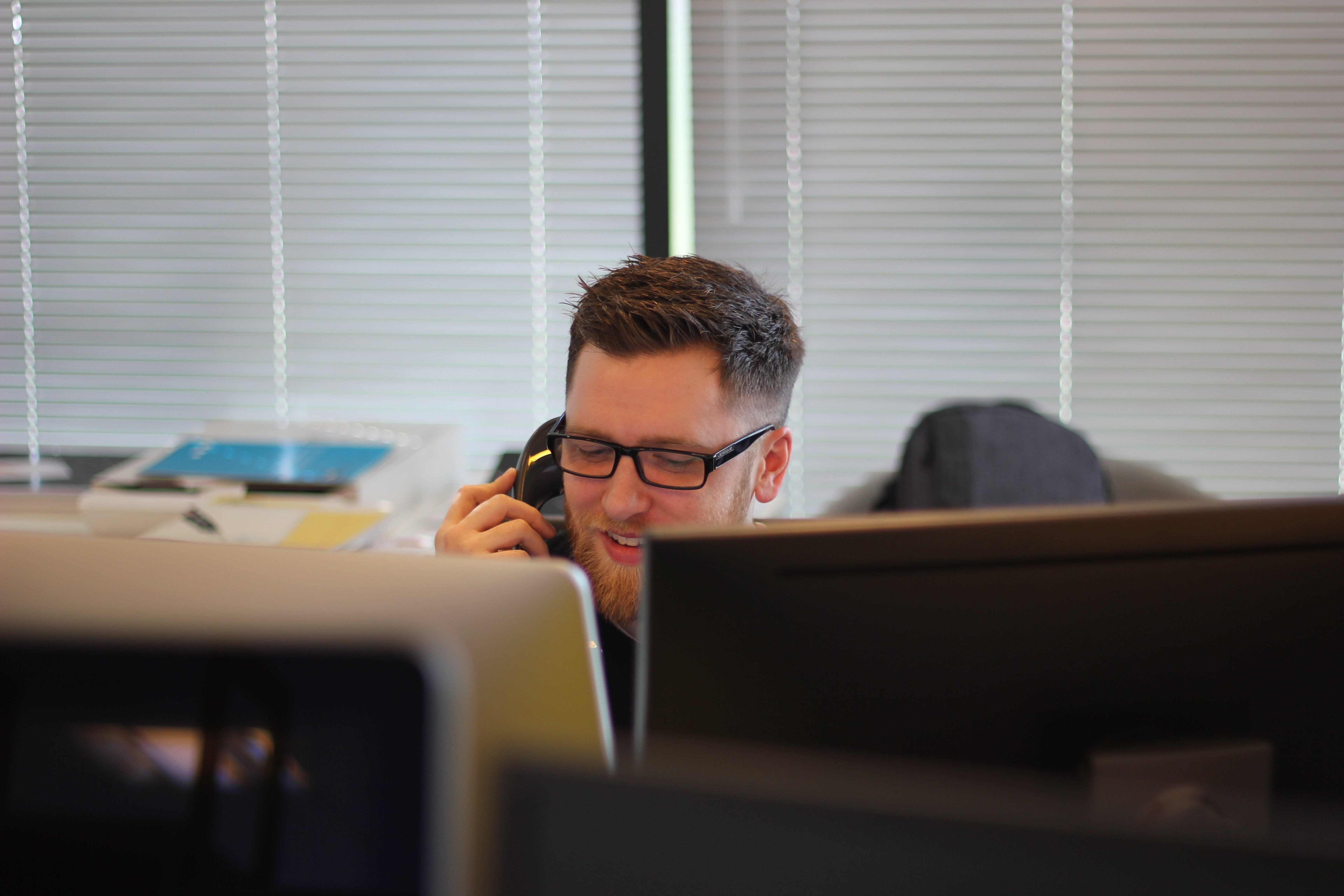 bureau personne au téléphone
