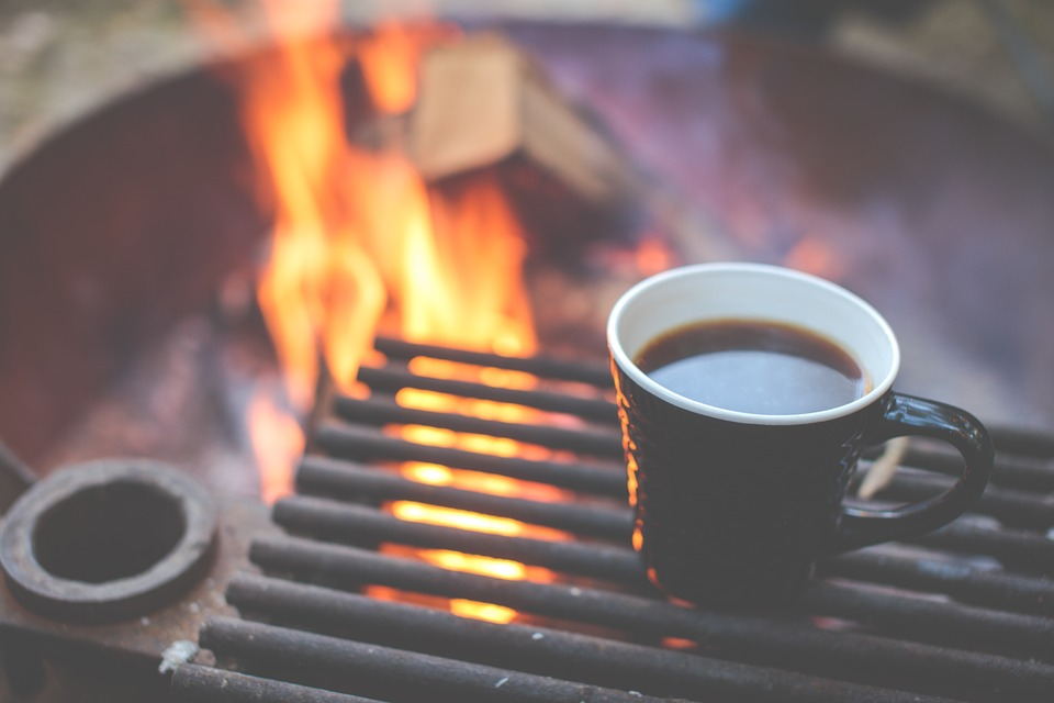 café et feu de camp