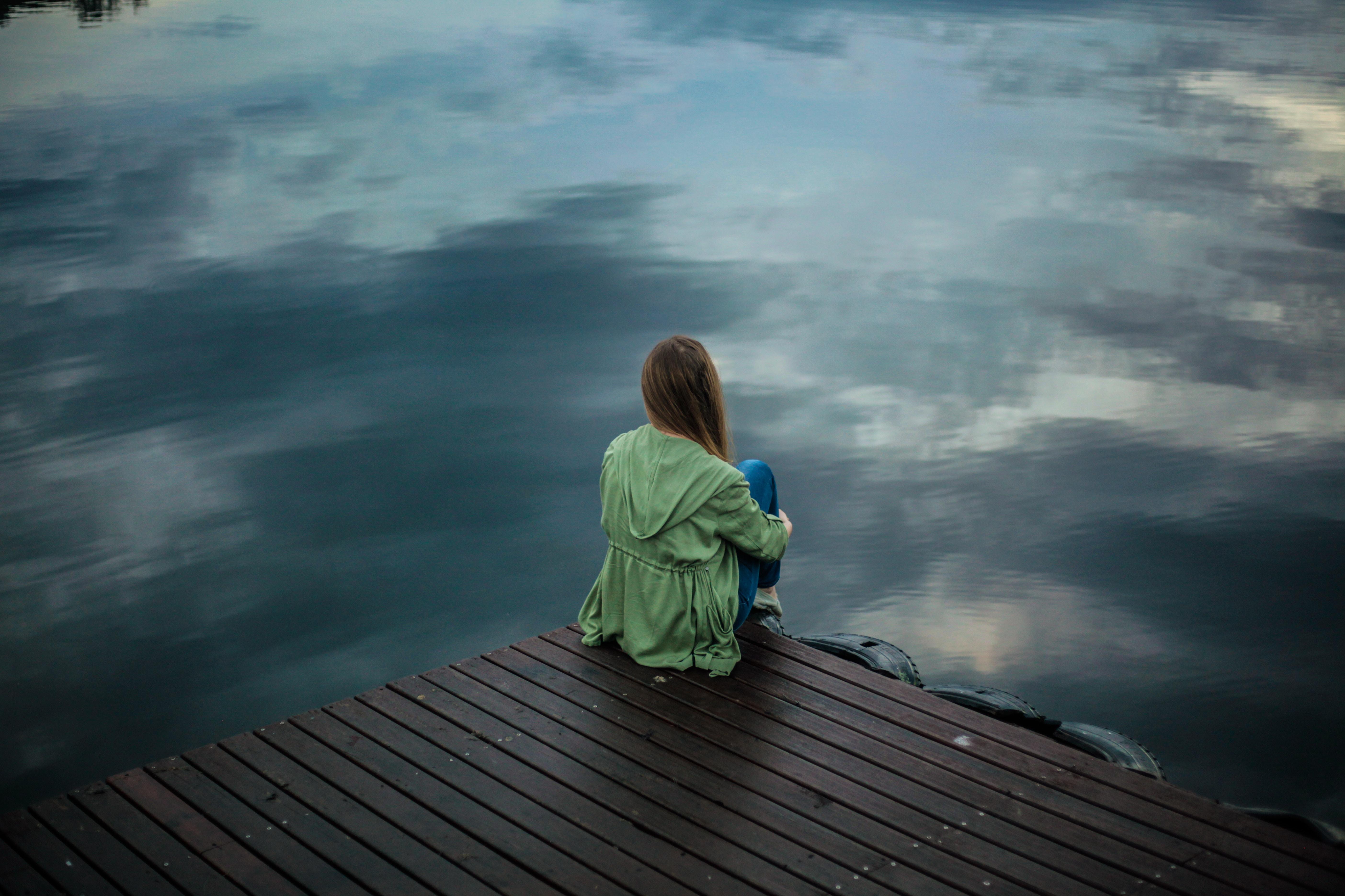 femme seule sur un quai