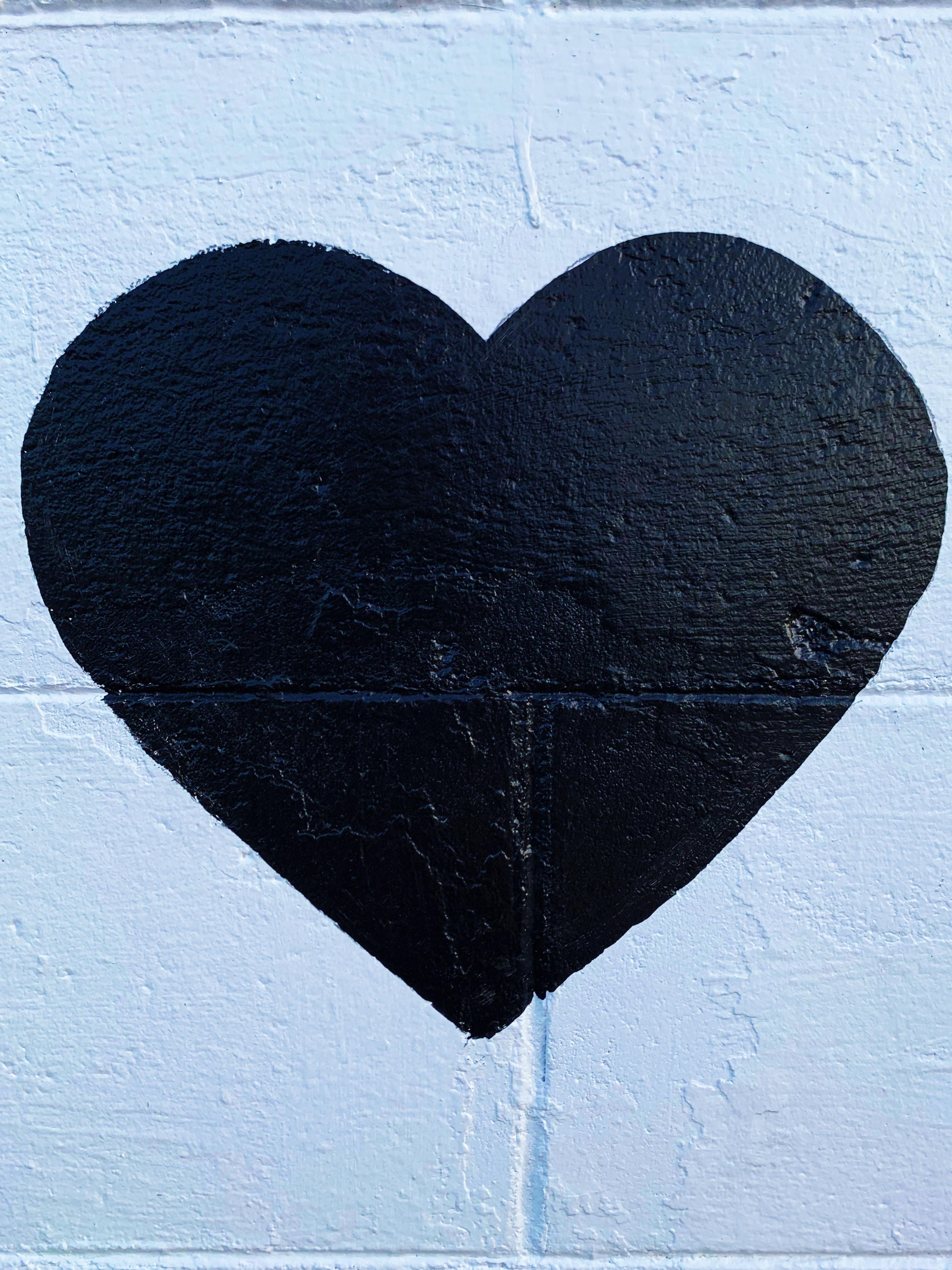 Coeur noir sur mur bleu