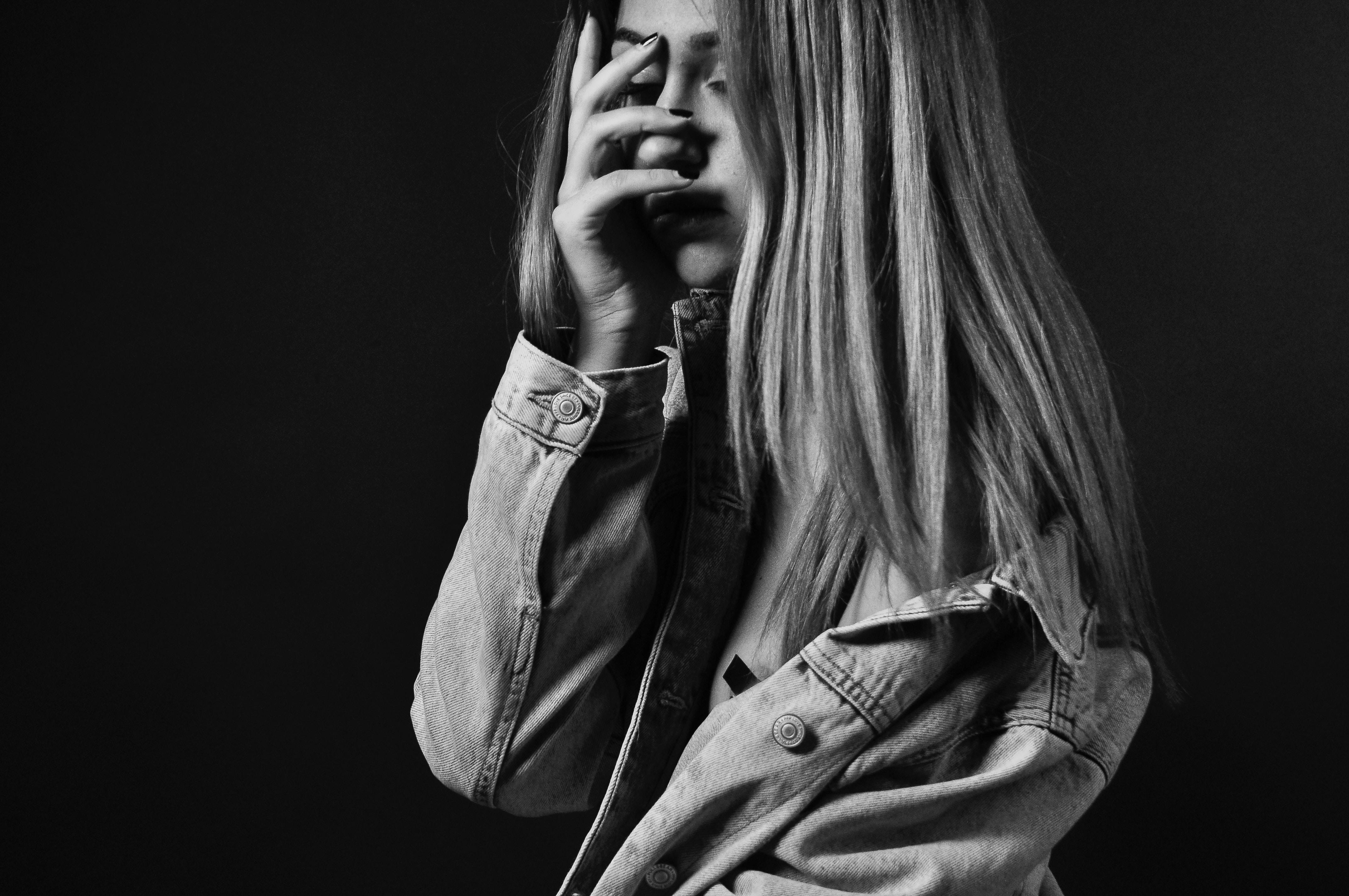 fille triste noir et blanc main dans le visage