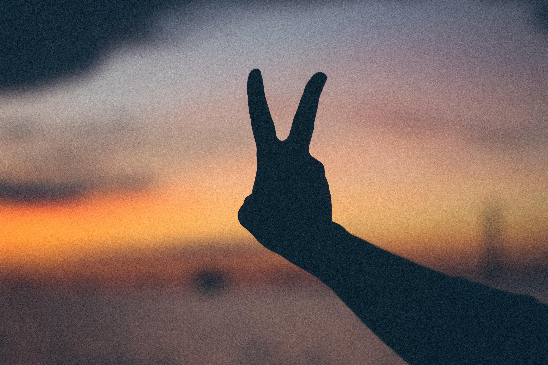 signe de peace main coucher de soleil