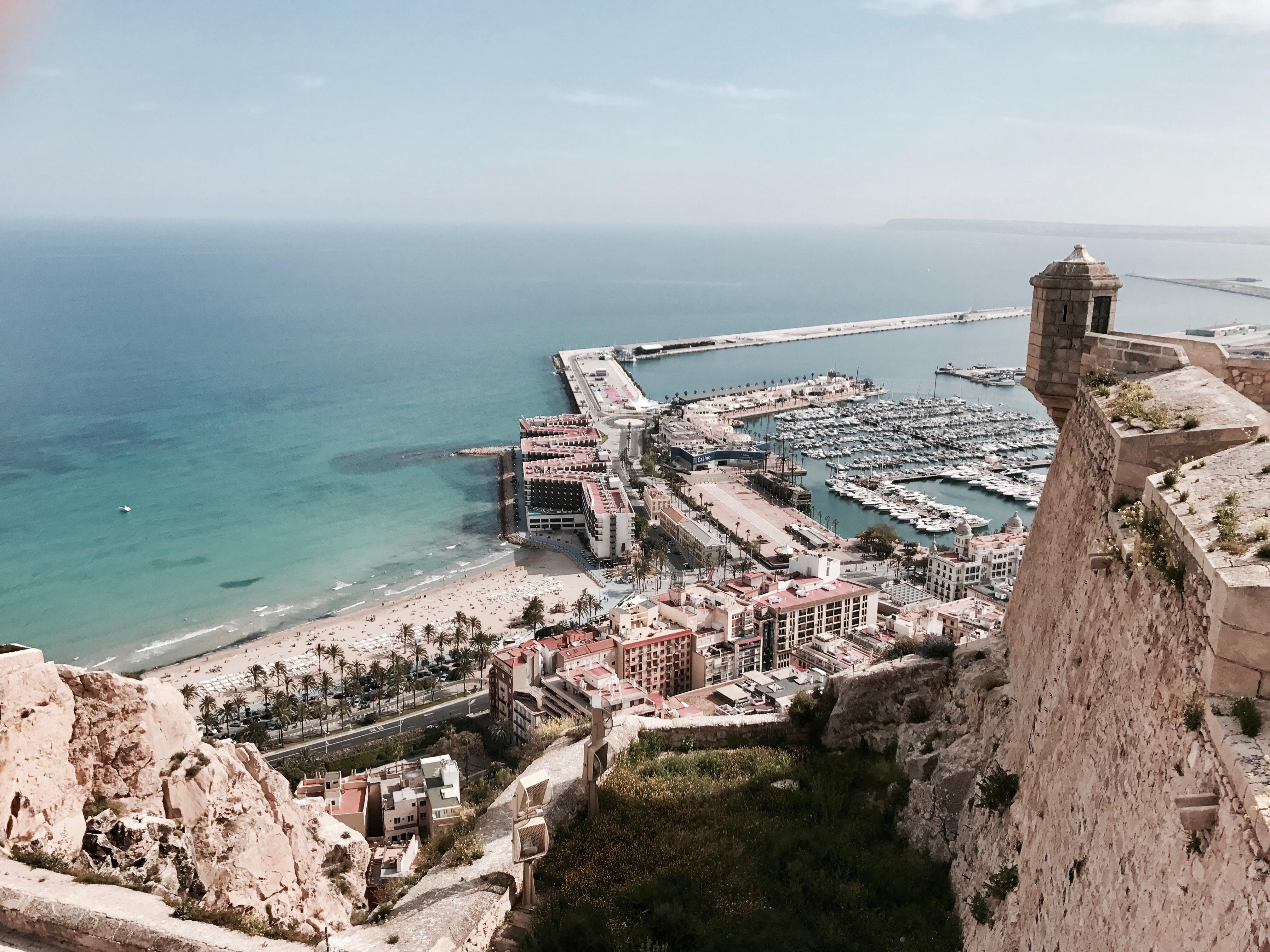 Vue du haut du château de Santa Barbara à Alicante et plage