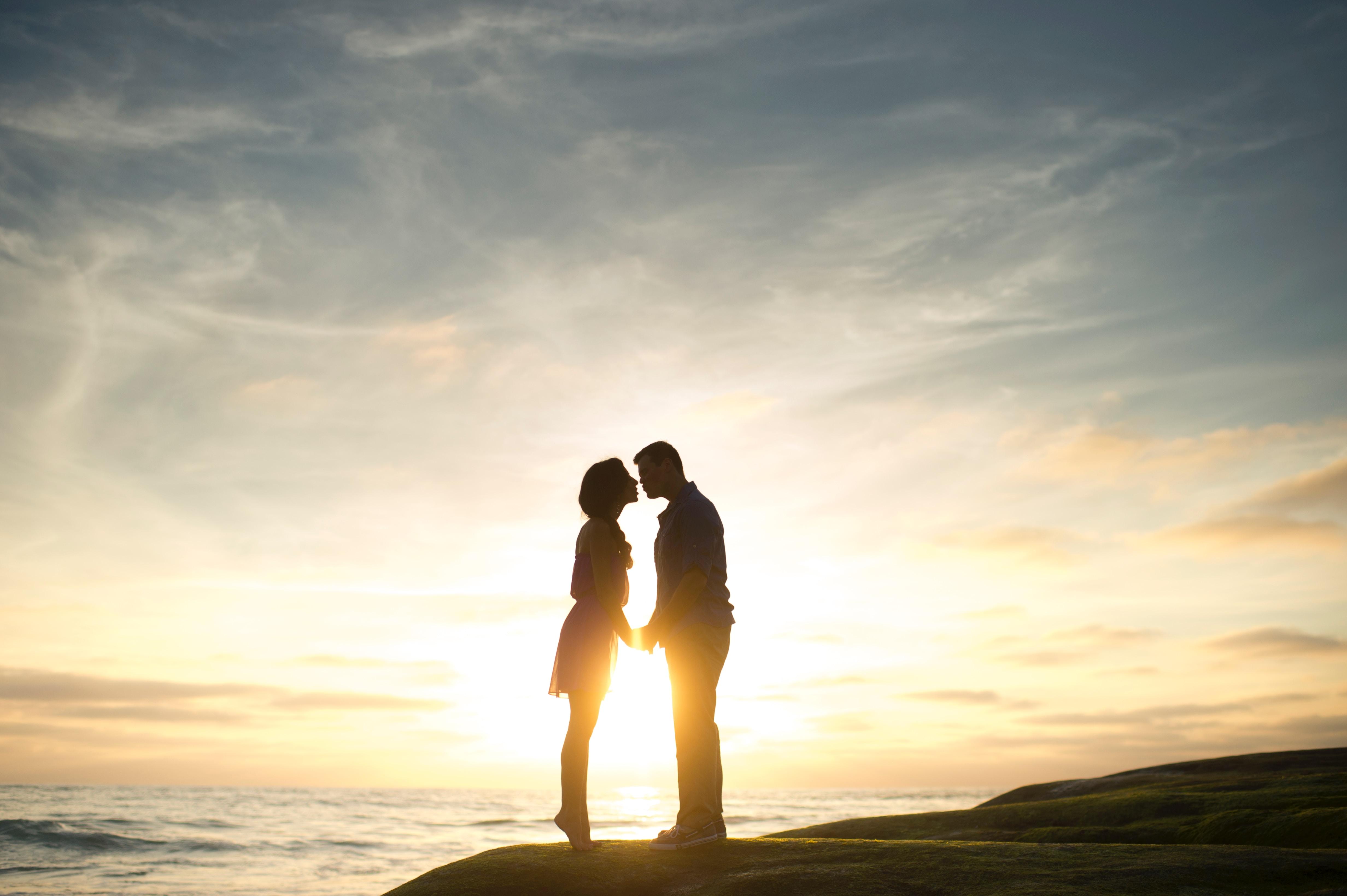 couple baiser coucher de soleil silhouette