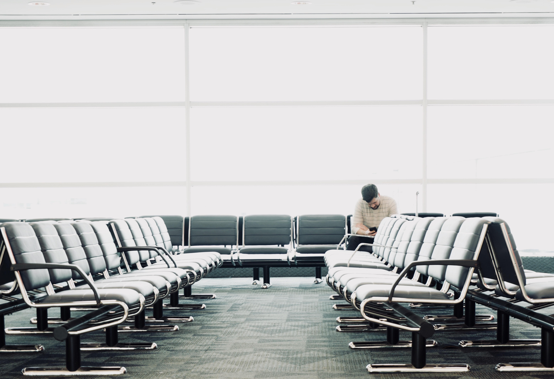 aeroport attente avion banc homme seul